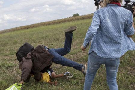 Mültecilere tekme atan kameramana 3 yıl hapis cezası