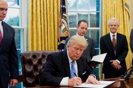 Trump, tartışmalı iki petrol boru hattı projesini onayladı