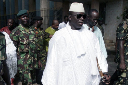 Seçimi kaybedince OHAL ilan eden Gambiya'lı lider görevi bıraktı