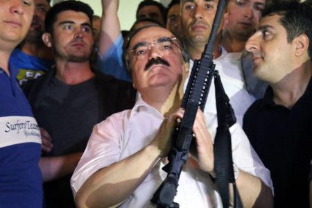 15 Temmuz'dan sonra silahla poz veren Coş'un adı cemaat soruşturmasında geçiyor