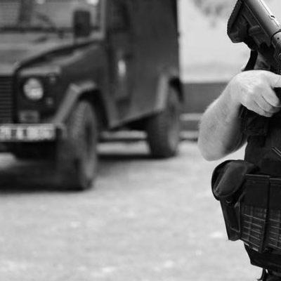 Sur'da polis aracına bombalı saldırı