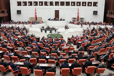 'Emekli vekillere çifte maaş' düzenlemesi Meclis'ten geçti