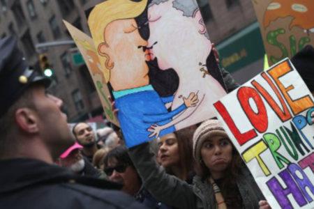 Başkanlığın İnternet sitesinden LGBT makalelerini kaldırtan Trump'ın ilk icraatı: Kürtaja engel
