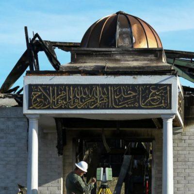 Yahudiler, camisi yanan Müslümanlara sinagoglarının anahtarını verdi