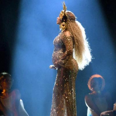 İkiz bebeklere hamile olan Beyonce Grammy gecesinde sahnede