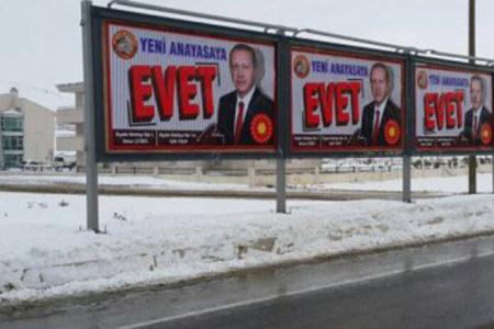 Diyadin'e atanan kayyım reklam panolarını 'evet' afişleriyle donattı