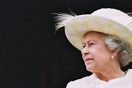 Kraliçe, yılda 22 bin pound karşılığında yastık ve perdelerle ilgilenecek birisini arıyor