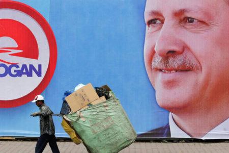 'Erdoğan' fotoğraflı gazeteyi yere seren muavin, ihbar üzerine gözaltına alındı