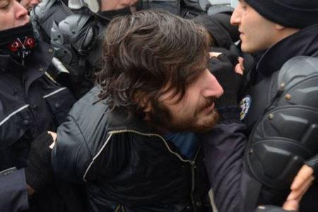 Kocaeli'de ihraçları protesto eden öğrenciler gözaltına alındı