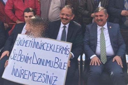 AKP'li bakanın mitinginde çocuğa 'Donumu bile indiremezsiniz' yazan pankart açtırdılar