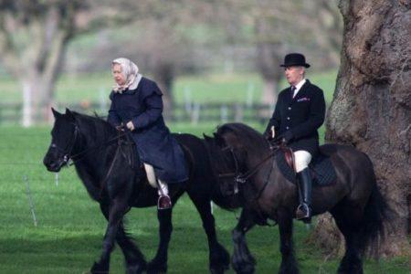 90 yaşındaki Kraliçe, ata binerken görüntülendi