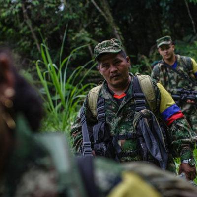 FARC gerilllaları silahlarını BM yetkililerine teslim ediyor