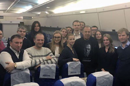 Lavrov, kendi resminin basılı olduğu tişörtle doğum günü kutlamasında