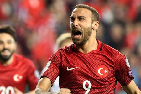 Türkiye, galibiyete Cenk Tosun'un golleriyle uzandı