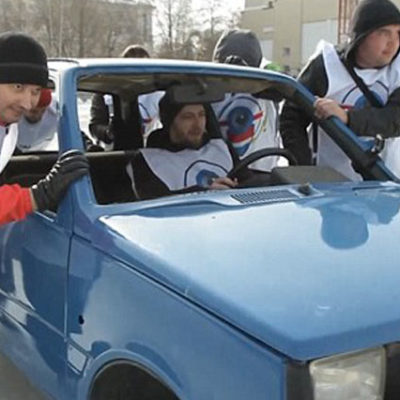 En tuhaf 'spor': Puz pistinde araba itme yarışı