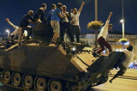 Özgür Mumcu: AKP'li vekiller bile cemaatin ne zamandan itibaren suç örgütü olduğu konusunda kararsız