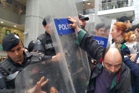 Tutuklu Cumhuriyet çalışanları için nöbet tutan avukatlara polis saldırısı