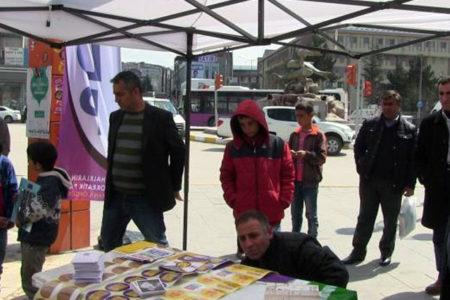 HDP mitingi öncesi sahneyi basan polis Demirtaş ve Yüksekdağ posterlerine el koydu