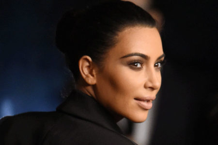 Kim Kardashian'dan 'derin dekolteli' takım elbise