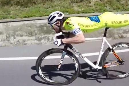 İtalyan bisikletçi rakiplerini 'superman' tekniğiyle geride bırakıyor