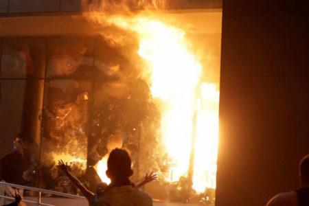 Anayasa değişiklik planını protesto eden göstericiler parlamento binasını yaktı