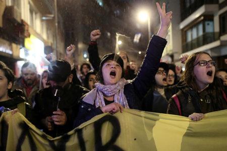 Tartışmalı referandum sonrası protestocular dördüncü günde de sokaklarda