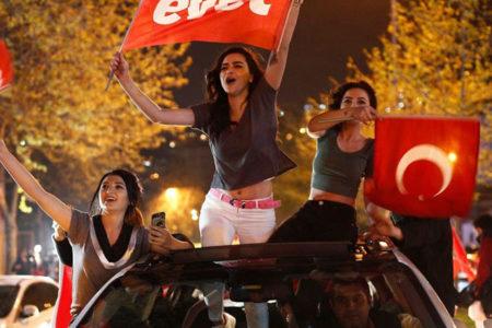 Karar gazetesinden, referandum gecesi sevinen kızların göbeklerine sansür