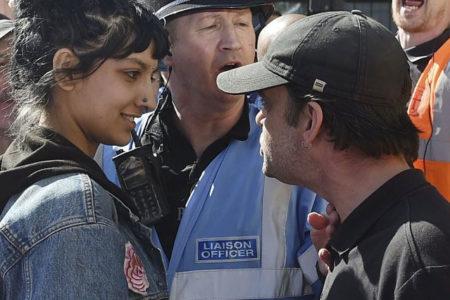 Irkçıların sataştığı Müslüman kadını tek başına savunan Khan, sosyal medyanın gündeminde
