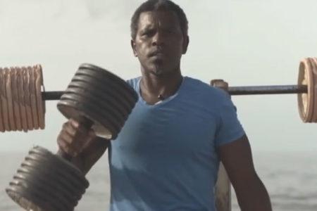 İnşaat işçisi, kumsala vuran çöplerden açık hava spor salonu yaptı