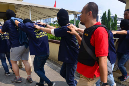 Endonezya'da eşcinsel sex partisi düzenlediği iddia edilen 141 erkek gözaltına alındı