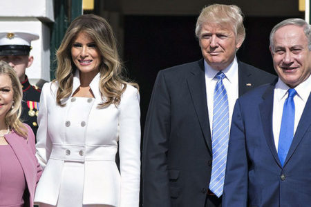 Melania Trump, elini tutmak isteyen eşinin eline vurdu