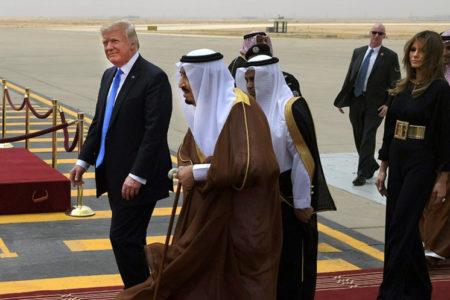 Michelle Obama'yı başını örtmediği için eleştiren Trump'ın eşi ve kızı da başını örtmedi