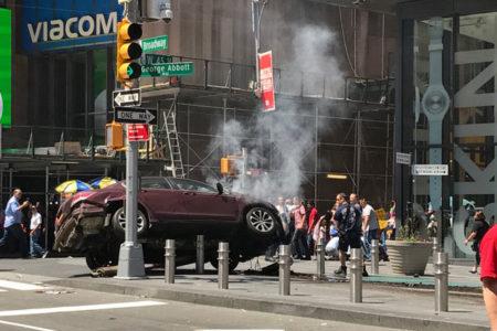 New York'ta bir araç Times Meydanı'ndaki yayaların arasına daldı