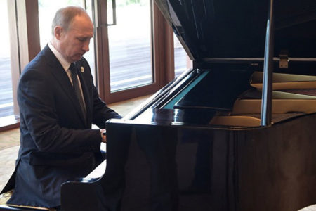 Putin, Çin Devlet Başkanı Şi'yi beklerken piyano çaldı