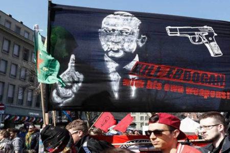 'Silahlı' Erdoğan pankartı için ilk karar: Organizatörler suçlanamaz!
