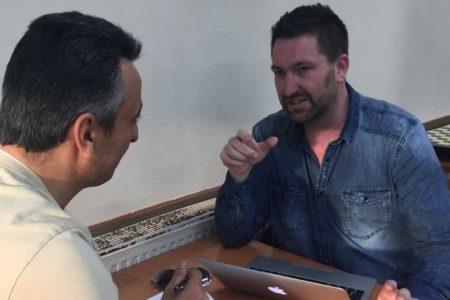 İngiliz Gazeteci: Cizre'de polis kalaşnikofla poz verdirdi