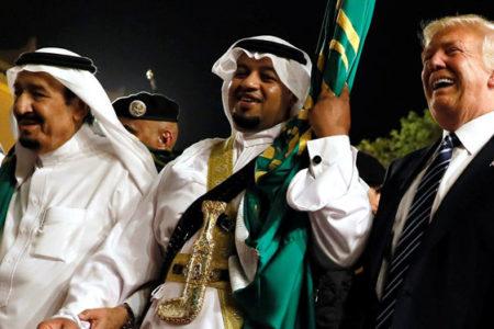 Trump Suudi Arabistan'da kılıç dansı yaptı