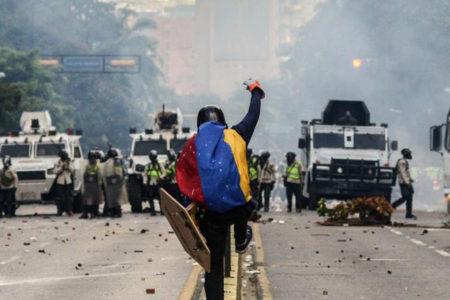 Venezuela'da hükümet karşıtı eylemlerde bir gösterici yandı