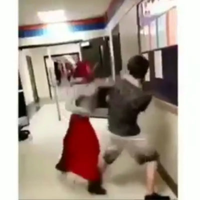 Başörtüsünü çıkarmaya çalışan çocuğu pişman etti