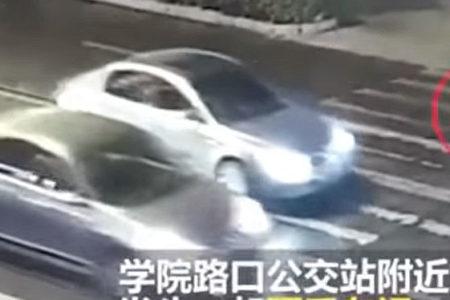 Çinli kadın yolda intihara karar verdi, kayıtsız sürücüler ona yardım etti