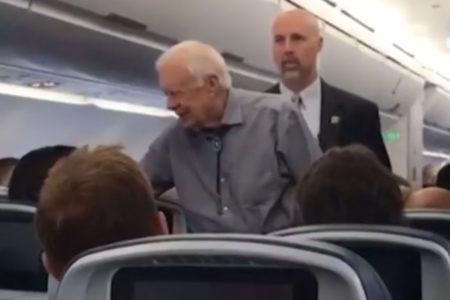 ABD'nin eski başkanı Jimmy Carter, bindiği tarifeli uçaktaki tüm yolcularla tokalaştı