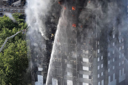 Londra'da 24 katlı binada yangın: En az 12 kişi hayatını kaybetti