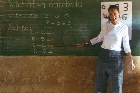 Rihanna, Afrika'daki çocuklara öğretmenlik yapıyor