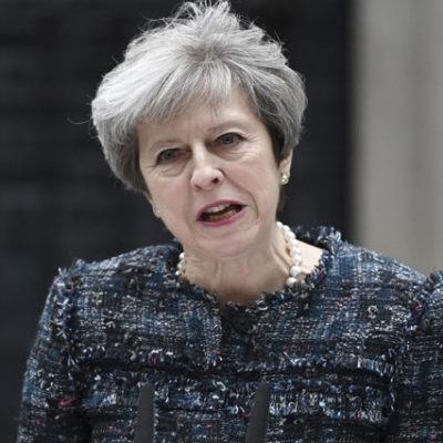 İngiltere Başbakanı, 79 kişinin hayatını kaybettiği yangın sebebiyle özür diledi