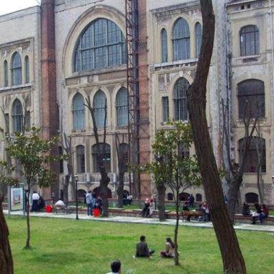 Tezini teslim etmek isteyen KHK mağduru akademisyen kampüse alınmadı