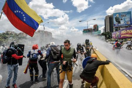 Venezuela'da aylardır süren kitlesel protestolarda bilanço ağırlaşıyor