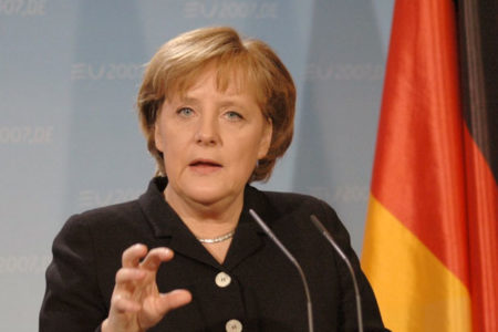 Merkel: Türkiye, Interpol'ü kötüye kullanıyor