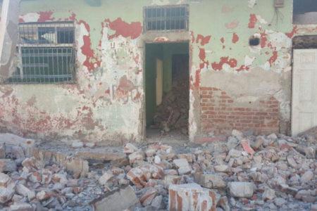 Sur'da ev yıkan ekip: Pardon! Evin duvarının bir olduğunu bilmiyorduk