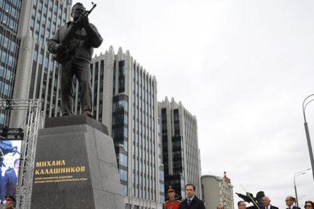 Kalaşnikof'un yaratıcısının heykeli dikildi