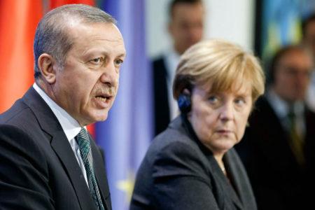Merkel: Türkiye ile müzakereler sonlandırılamasa da askıya alınabilir